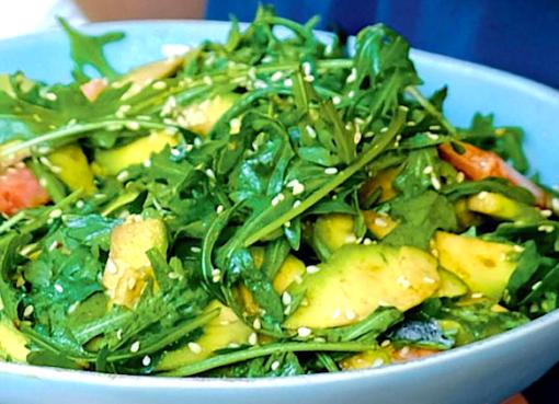 salat-s-krevetkami-na-grile-avokado-s-ogurchikami-s-limonnym-sousom