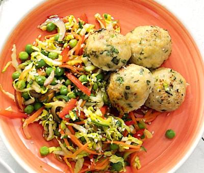frikadelki-iz-indejki-s-aziatskim-salatom