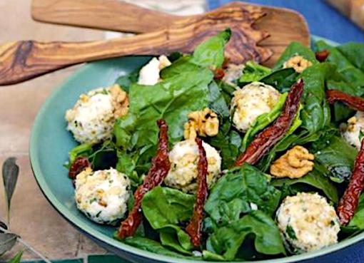 salat-iz-shpinata-s-syrom-i-vyalenymi-pomidorami