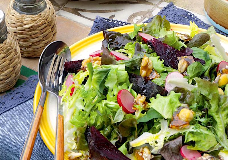 salat-s-pechyonoj-svekloj-i-zharenymi-orehami