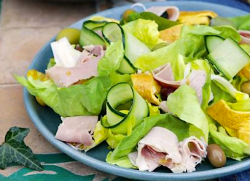 salat-s-romano-s-vetchinoj-omletom-ogurtsami-i-olivkami
