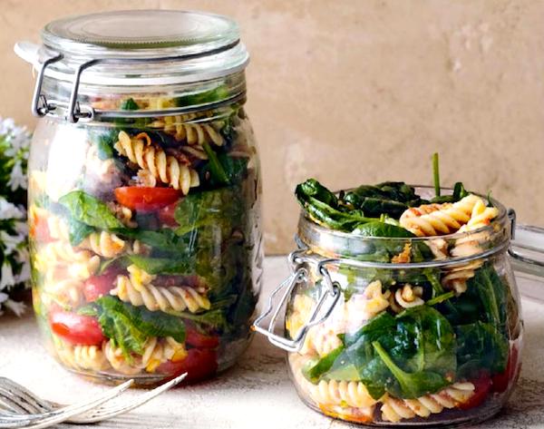 salat-v-banke-s-fuzilli-shpinatom-i-pomidorami