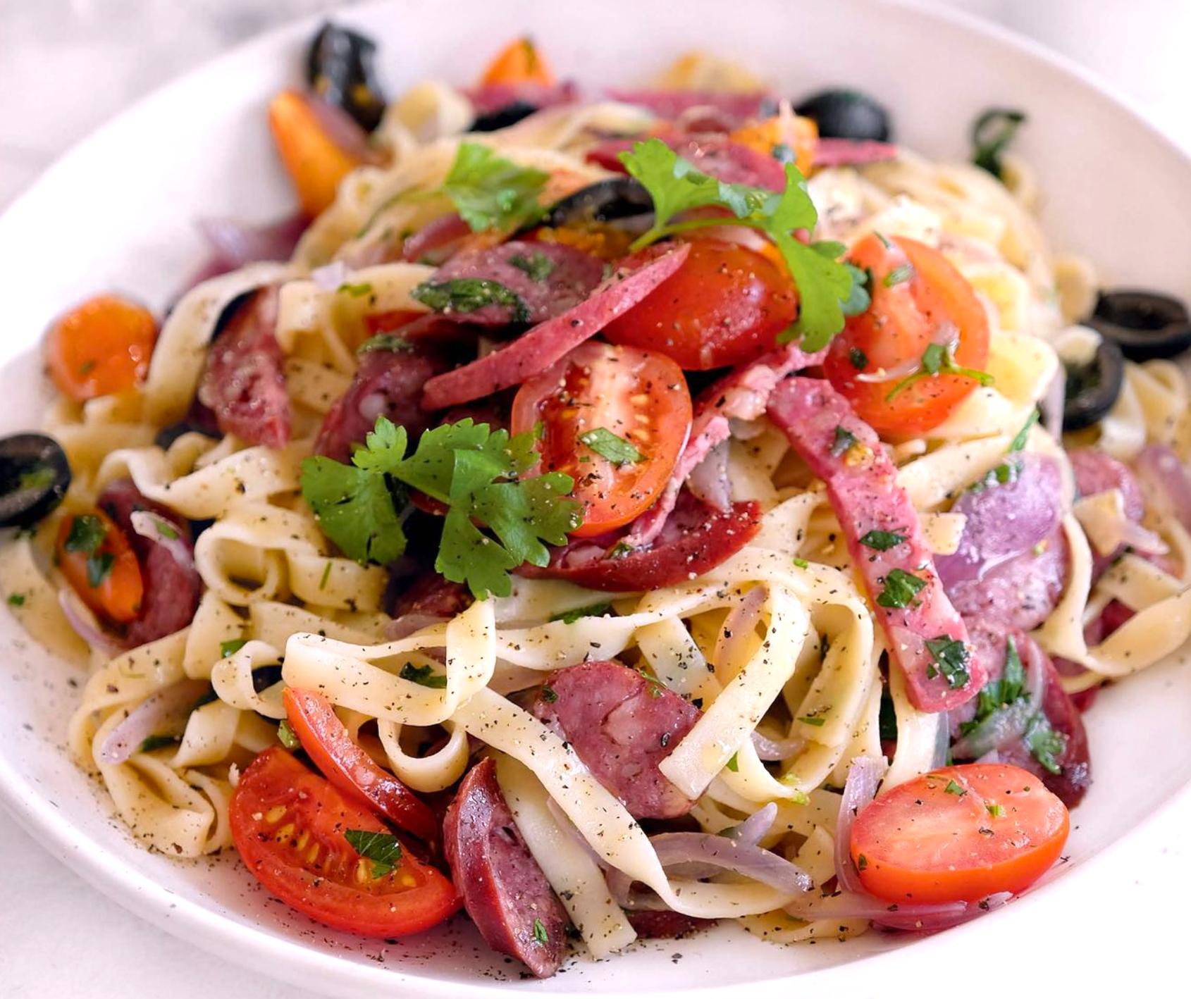 talyatelle-s-salyami-ohotnichimi-kolbaskami-maslinami-pomidorami-cherri-i-rozmarinom