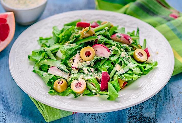 zelyonyj-salat-s-farshirovannymi-olivkami-i-redisom