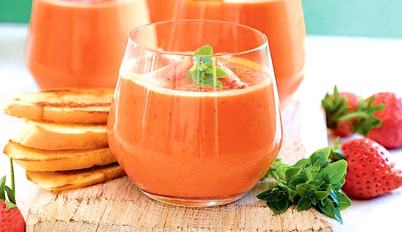 gaspacho-iz-klubniki-s-pomidorami-i-pertsem