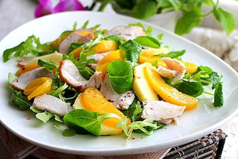 salat-s-kopchenoj-indejkoj-abrikosami-i-shpinatom