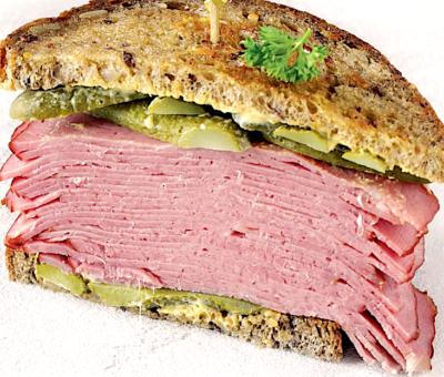 Сэндвич с домашней копченой грудинкой